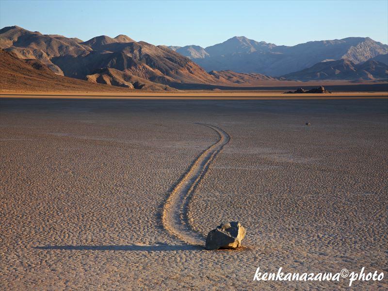 レーストラック、動く石